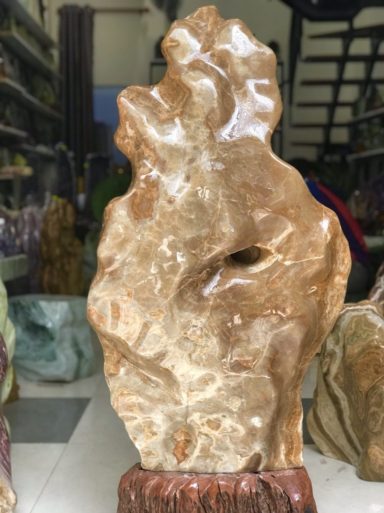 Cây đá canxit vàng cực vip có hang đá thiên nhiên KT : 115x51 cm, ~100kg (MS : 237)